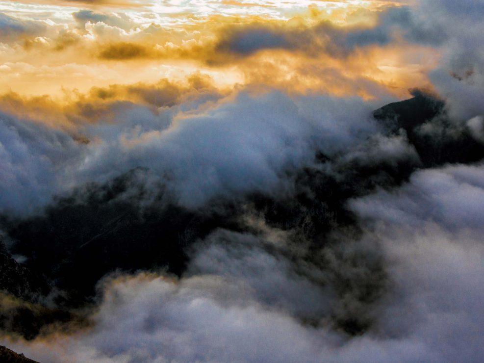 Una tipica alba Apuana investe di gloria le Montagne della Luna - Alpi Apuane.