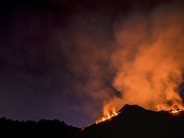 Il fronte dell'incendio oramai si estende a quasi tutta l'area e già alcune case di montagna sono presidiate per il rischio di rogo. Il danno è incalcolabile in una stagione già pesantemente segnata dalla siccità, dall'incuria, e da altri fattori che certo non beneficiano le foreste e i loro abitanti.