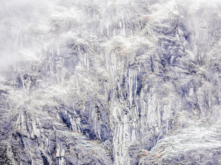 Lavorando al progetto del mio libro Apuane terre selvagge spesso mi sono imbattuto in questi maestosi scenari avvolti dalla bruma proveniente dal mare - Alpi Apuane.